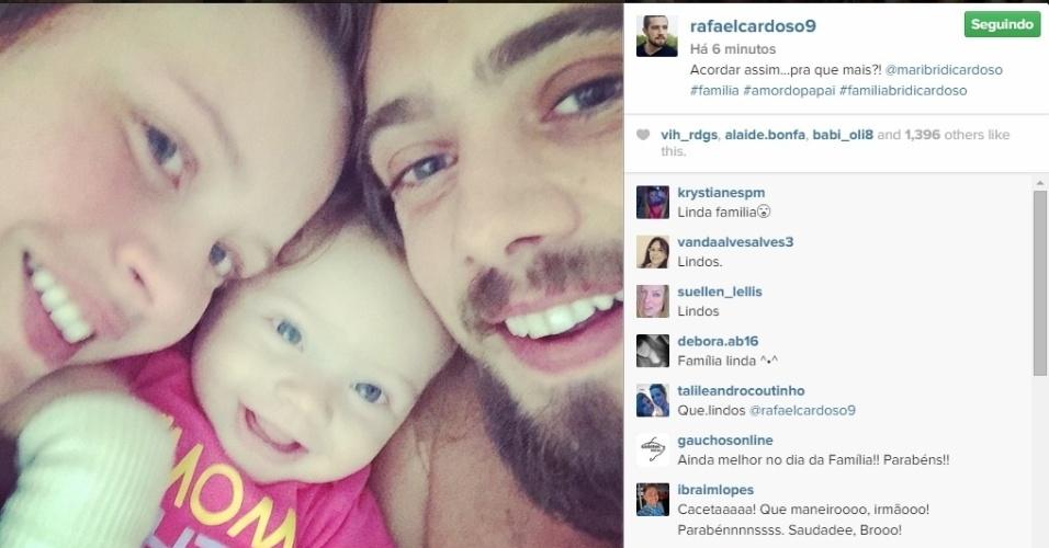 15.mai.2015 - Após se casar, Rafael Cardoso faz selfie com a mulher, Mariana Bridi, e a filha Aurora, de sete meses.