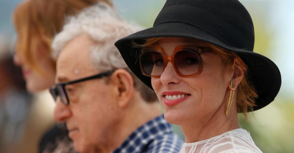 15.mai.2015 - Da dir. para esq., a atriz norte-americana Parker Posey, o diretor Woody Allen e a atriz Emma Stone durante sessão de fotos para divulgar o filme
