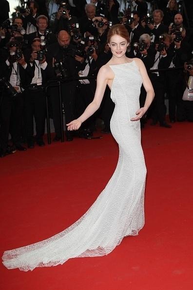 15.mai.2015 - De vestido de gala, a atriz norte-americana Emma Stone, 26, posa para fotógrafos no tapete vermelho durante a divulgação, no Festival de Cannes, de seu mais novo filme,