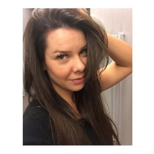 """15.mai.2015 - Fernanda Souza mostrou aos seus seguidores no Instagram, na tarde desta sexta-feira, que ficou morena. A transformação nos cabelos foi por conta de sua personagem na novela """"A Regra do Jogo"""", que substituirá """"Babilônia"""". """"Eu AMO mudar pra uma personagem... Primeira parte da mudança tá feita! #VemAí #NovaDas20h #AmoMinhaProfissao"""", escreveu na legenda"""