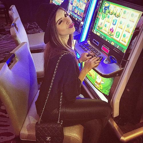 """15.mai.2015 - Giovanna Lancellotti se diverte em uma viagem a Las Vegas, nos Estados Unidos. Na """"capital mundial da jogatina"""", ela brincou em um cassino e posou junto a um caça-níquel"""