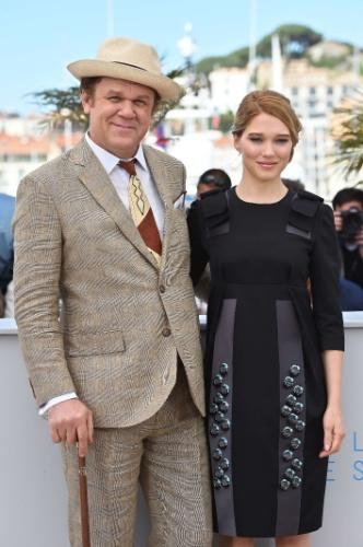 15.mai.2015 - No terceiro dia do 68º Festival de Cannes, o ator John C. Reilly e a atriz Lea Seydoux posam juntos para foto antes da divulgação do filme