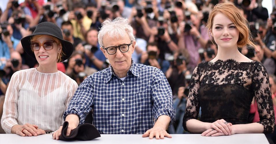 15.mai.2015 - O diretor norte-americano Woody Allen entre as atrizes Parker Posey (esq.) e Emma Stone durante sessão de fotos para divulgar o filme