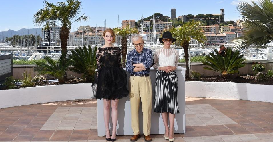 15.mai.2015 - O diretor norte-americano Woody Allen entre as atrizes Emma Stone (esq.) e Parker Posey durante sessão de fotos para divulgar o filme