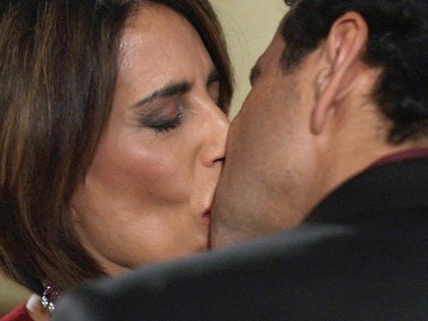 Aderbal rouba um beijo de Beatriz