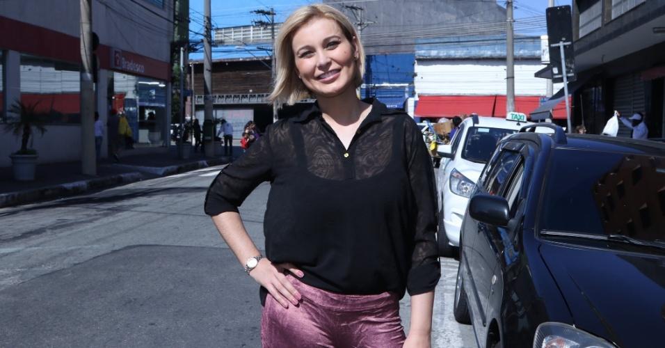 16.mai.2015 - Andressa Urach reapareceu loira em uma loja de moda evangélica, em São Paulo.