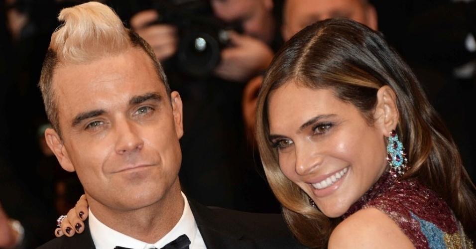 16.mai.2015 - Ao lado da mulher, Ayda Field, o cantor Robbie Williams chamou a atenção com o topete loiro ao chegar ao Festival de Cibema de Cannes
