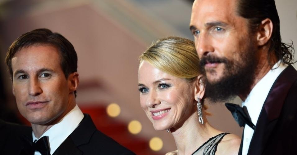 16.mai.2015 - O produtor Chris Sparling e os atores Naomi Watts e Matthew McConaughey chegam para assistir ao filme