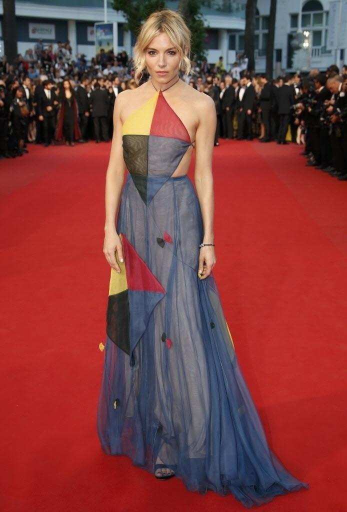 16.mai.2015 - Sienna Miller posa para os fotógrafos ao passar no tapete vermelho de Cannes
