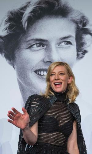 17.mai.2015 - A atriz Cate Blanchett acena para a plateia do Festival de Cannes 2015 logo após participar de entrevista coletiva de seu novo filme