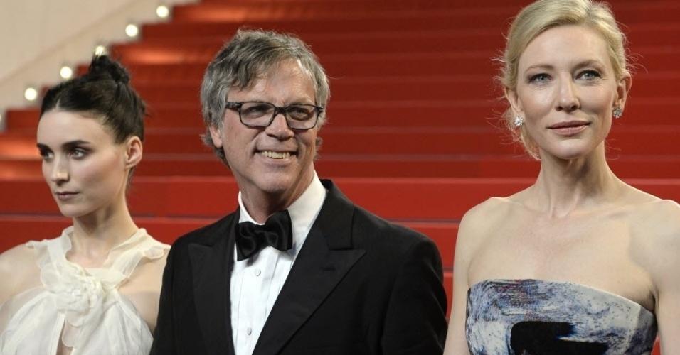 17.mai.2015 - A atriz Rooney Mara, o diretor Todd Haynes e a atriz Cate Blanchett chegam ao Festival de Cannes para a exibição de