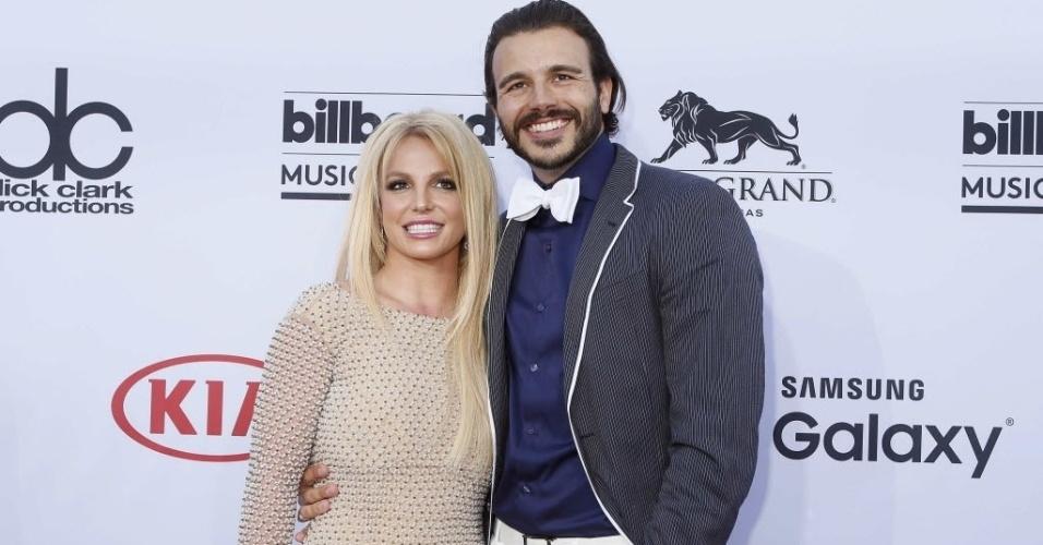 17.mai.2015 - Britney Spears e o namorado, Charlie Ebersol, chegam para o prêmio Billboard Music Awards 2015. A cantora vai se apresentar no evento