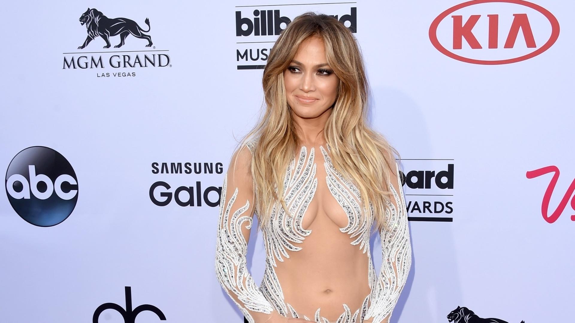 17.mai.2015 - Mais uma vez Jennifer Lopez chama atenção pela roupa. A cantora chegou à premiação com um vestido exibindo transparência e decotão