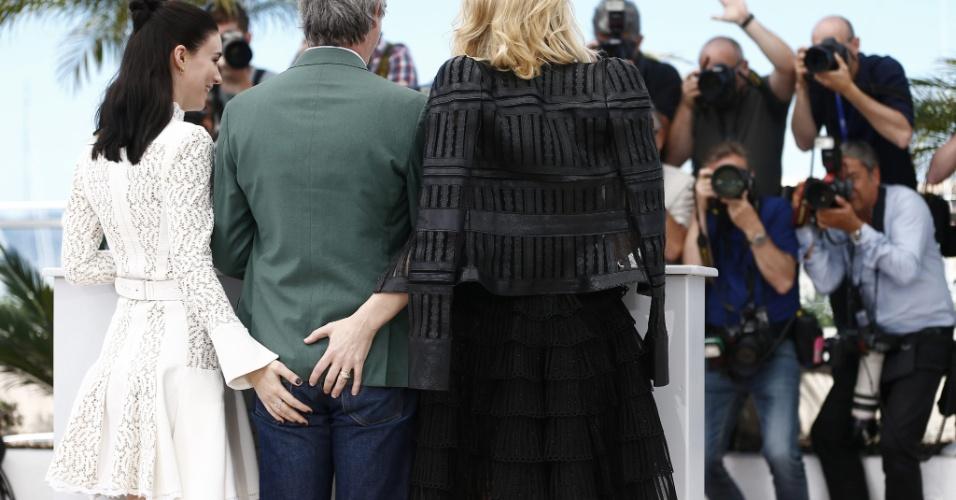 17.mai.2015 - No quinto dia do 68° Fesival de Cannes, as atrizes Rooney Mara e Cate Blanchett apertaram o bumbum do diretor Todd Haynes durante a apresentação do filme