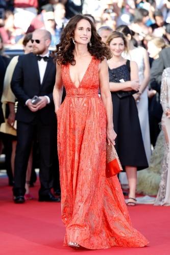 18.mai.2015 - A atriz norte-americana Andie MacDowell posa para fotos na sua chegada ao tapete vermelho do 68° Festival de Cannes