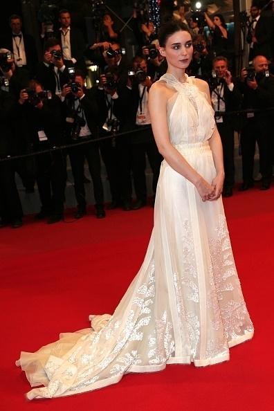 17.mai.2015 - A atriz norte-americana Rooney Mara, 30 anos, posa para fotógrafos em Cannes. Indicada em 2012 ao Oscar e ao Globo de Ouro de melhor atriz por