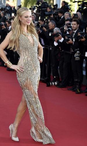 18.mai.2015 - No sexto dia do 68° Festival de Cannes, Paris Hilton posa para fotos no tapete vermelho. A socialite foi ao evento para prestigiar a divulgação do filme