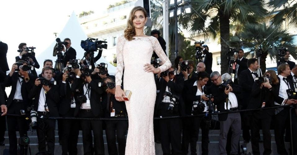 18.mai.2015 - A modelo brasileira Ana Beatriz Barros passa pelo tapete vermelho do festival de Cannes para a estreia do filme