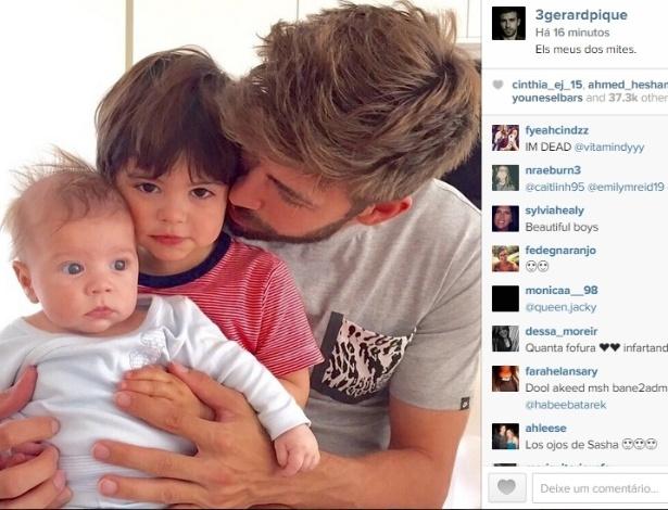 18.mai.2015 - Gerard Piquet publicou uma imagem fofa ao lado de seus filhos com a cantora colombiana Shakira.