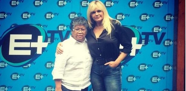 """18.mai.2015- Ao lado da diretora Marlene Mattos, Monique Evans comemora novo programa no canal E+: """"E vem aí meu programa nas madrugas!"""""""