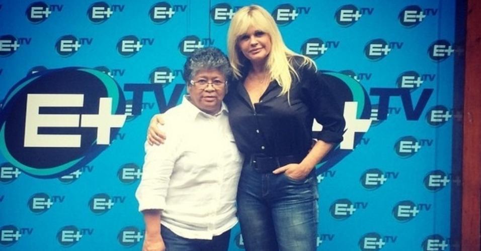 18.mai.2015- Ao lado da diretora Marlene Mattos, Monique Evans comemora novo programa no canal E+: