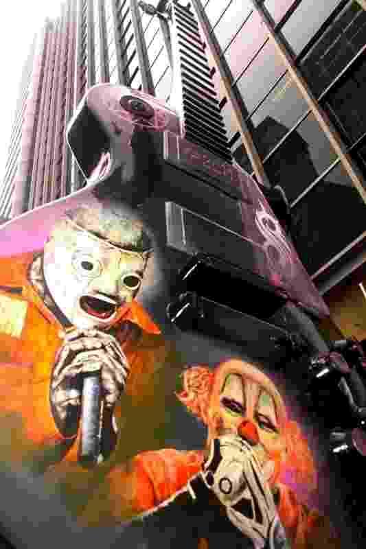 """Desde o dia 11/05 foram espalhadas diversas guitarras gigantes pelas ruas de São Paulo no projeto """"Guitar Parade"""". O objetivo da exposição é homenagear os 30 anos do Rock in Rio. Na foto, uma guitarra na Avenida Paulista, próximo da saída do metrô Consolação - Divulgação"""