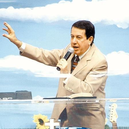 O líder da Igreja Internacional da Graça de Deus, R.R. Soares, durante culto em 2004 - Divulgação