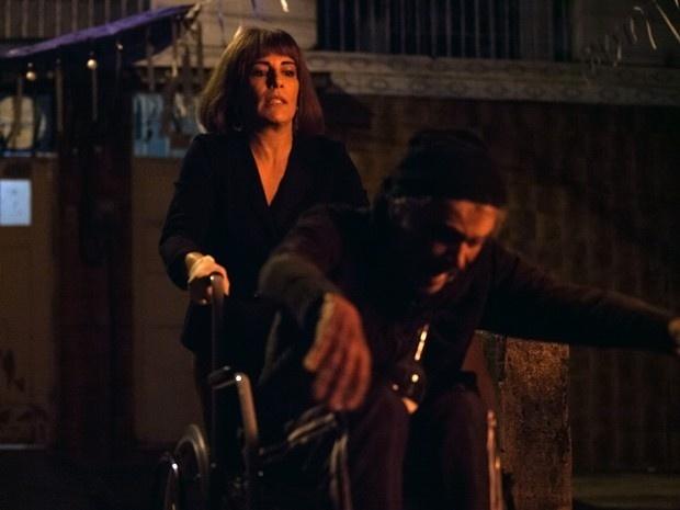 Beatriz empurra Sebastião escada abaixo e idoso morre na hora