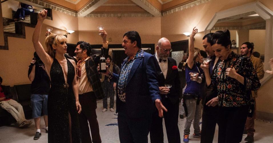"""Cena da série """"Magnífica 70"""", primeira produção de época da HBO brasileira. A trama retrata o universo da Boca do Lixo durante a época da ditadura"""