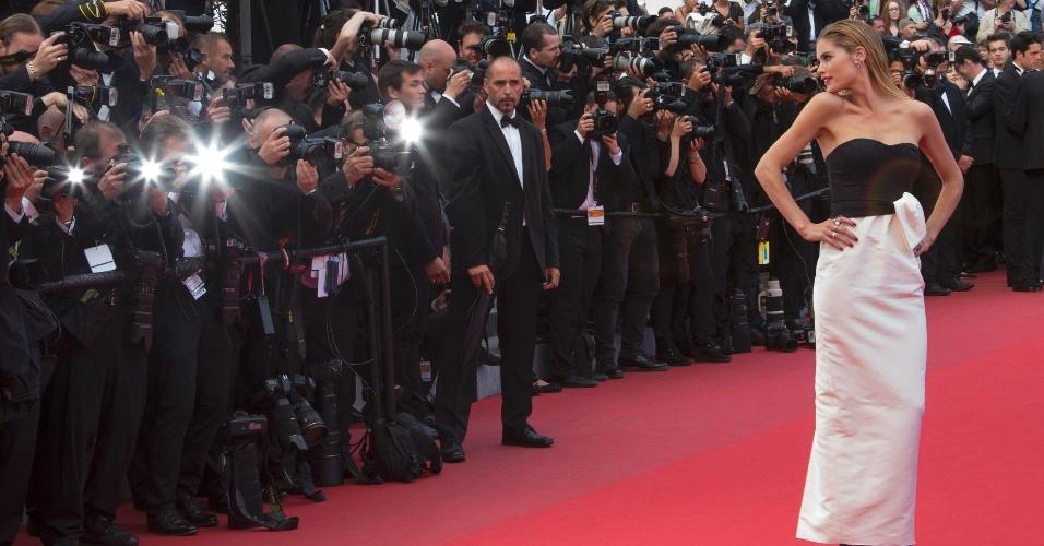 19.mai.2015- A modelo Doutzen Kroes posa para os fotógrafos ao chegar para a exibição do filme