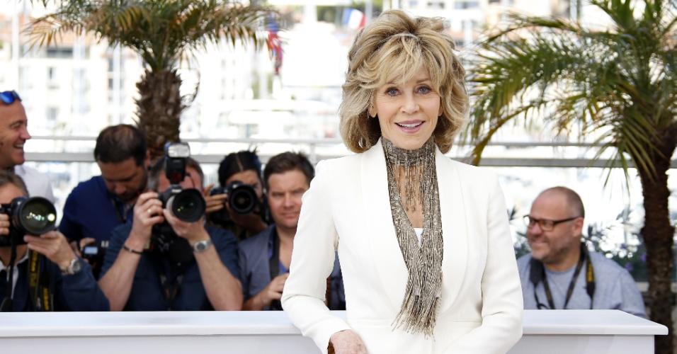 """20.mai.2015 - A atriz norte-americana Jane Fonda, 77 anos, para fotógrafos durante a apresentação do filme """"Youth"""" (""""Juventude""""), na 68ª edição do Festival de Cannes. O longa - uma coprodução entre Itália, França, Suíça e Inglaterra - é um dos concorrentes da mostra principal do evento, que vai até domingo (24). Símbolo sexual nos anos 1960, em filmes como """"Barbarella"""" (1968), Jane já recebeu dois Oscars de melhor atriz: em 1971, por """"Klute - O Passado Condena"""", e em 1978, por """"Amargo Regresso"""""""