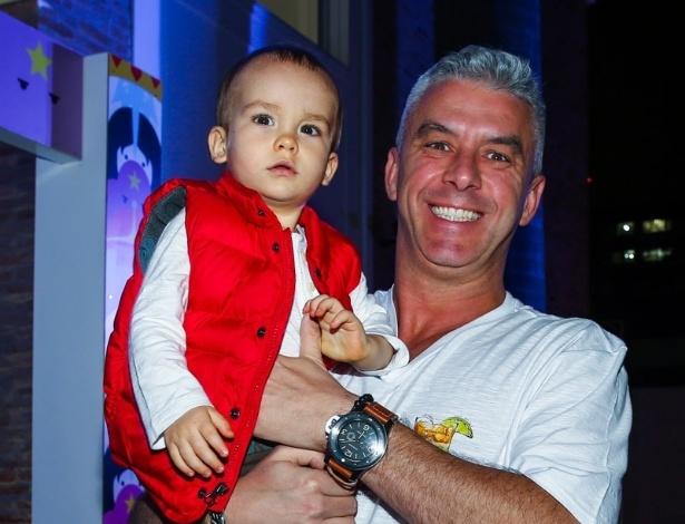 20.mai.2015 - Alexandre, marido da apresentadora Ana Hickmann, leva o filho do casal, o pequeno Alexandre, para comemorar o aniversário de sete anos de Rodrigo, filho do apresentador Faustão