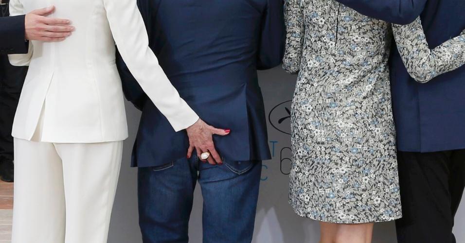 20.mai.2015 - No sétimo dia do 68° Festival de Cannes, Jane Fonda aperta o bumbum do ator Harvey Keitel durante a apresentação do filme