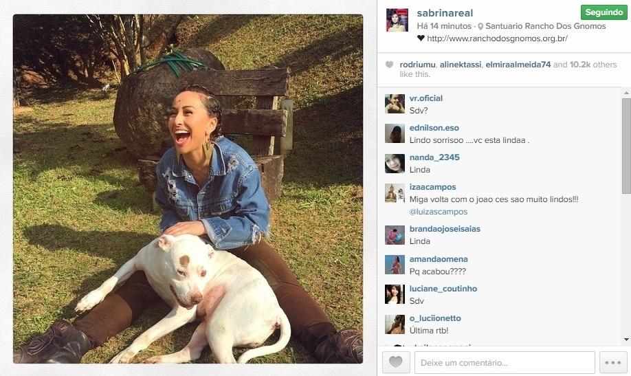 20.mai.2015 - Um dia após confirmar o término do namoro de dois anos com João Vicente Castro, Sabrina Sato apareceu sorridente em um imagem publicada na noite desta quarta-feira, no Instagram. Nela, a apresentadora surge fazendo carinho em um cachorro. Ela também faz propaganda do site de um santuário animal