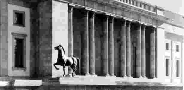 Uma das esculturas de cavalo feitas por Josef Thorak, em frente à Chancelaria de Hitler em Berlim, na época da Segunda Guerra Mundial - Reprodução/Bild