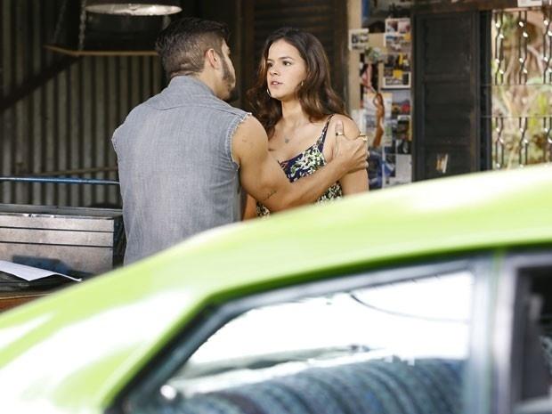 Grego não aceita o fim de seu namoro com Mari e a pressiona a ficar com ele
