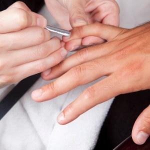 Homens preferem eliminar a cutícula e não gostam de aplicar base nas unhas - iStock