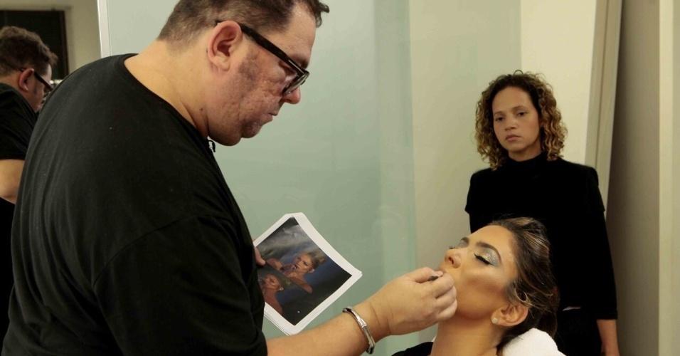 O maquiador Junior Mendes prepara Patrícia para a transformação