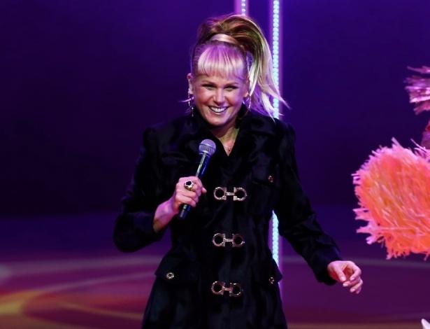 """20.mai.2015 - Ao lados das paquitas, Xuxa Meneghel canta e dança """"Ilariê"""" durante o espetáculo """"Chacrinha, O Musical"""" na noite desta quarta-feira, no Teatro Alfa, na zona sul de São Paulo"""