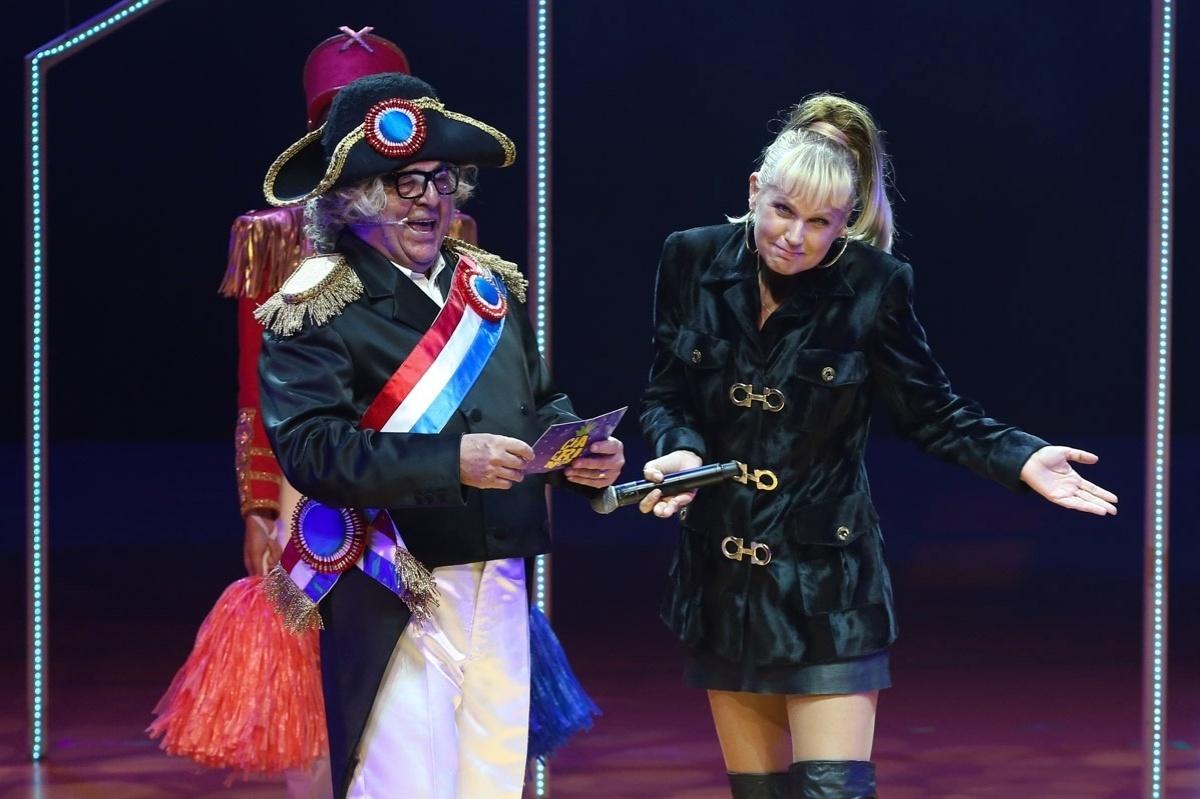 20.mai.2015 - Durante cena em que Chacrinha (Stepan Nercessian) volta para a Globo, Xuxa Meneghel dá boas vindas ao apresentador e diz