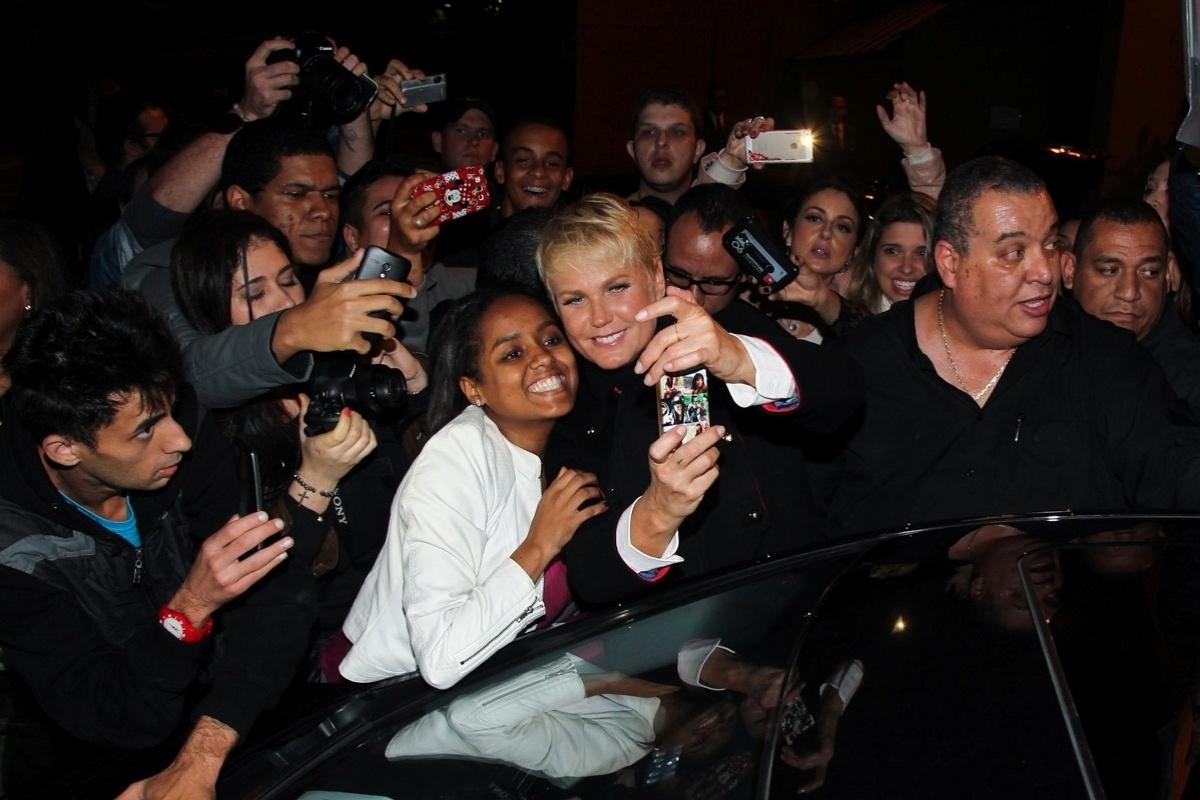 20.mai.2015 - Xuxa atende aos fãs que a aguardam na porta do Teatro Alfa, zona sul de São Paulo, na noite desta quarta-feira, após participar do espetáculo