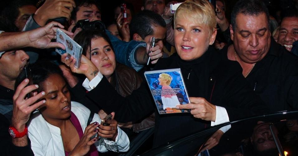 """20.mai.2015 - Xuxa atende aos fãs que a aguardam na porta do Teatro Alfa, zona sul de São Paulo, na noite desta quarta-feira, após participar do espetáculo """"Chacrinha, O Musical"""""""