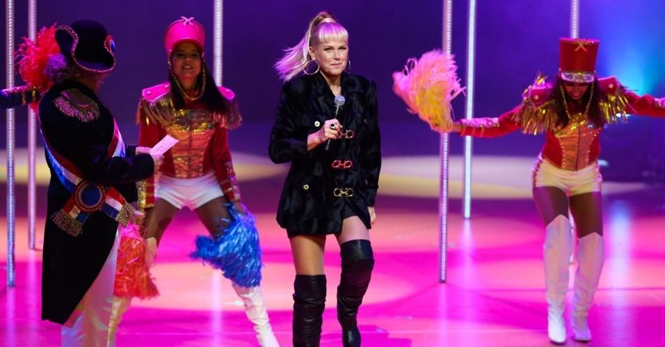 """20.mai.2015 - Xuxa Meneghel canta e dança """"Ilariê"""" durante o espetáculo """"Chacrinha, O Musical"""" na noite desta quarta-feira, no Teatro Alfa, na zona sul de São Paulo"""