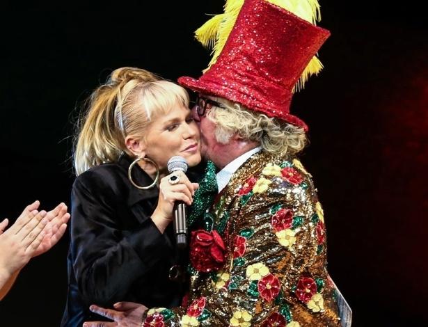 """20.mai.2015 - Xuxa Meneghel ganha beijo de Stepan Nercessian durante o espetáculo """"Chacrinha, O Musical"""" na noite desta quarta-feira, no Teatro Alfa, na zona sul de São Paulo"""