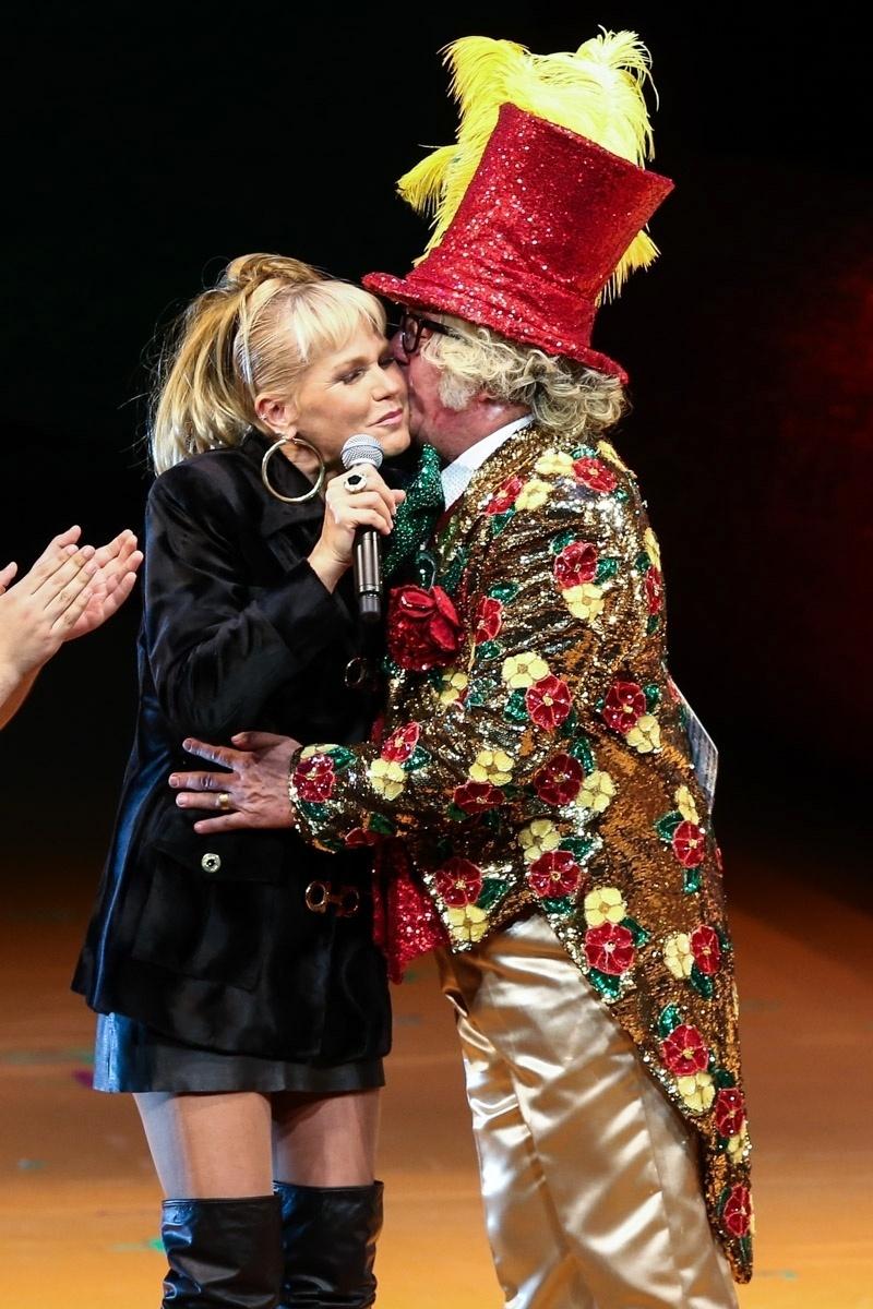 20.mai.2015 - Xuxa Meneghel ganha beijo de Stepan Nercessian durante o espetáculo