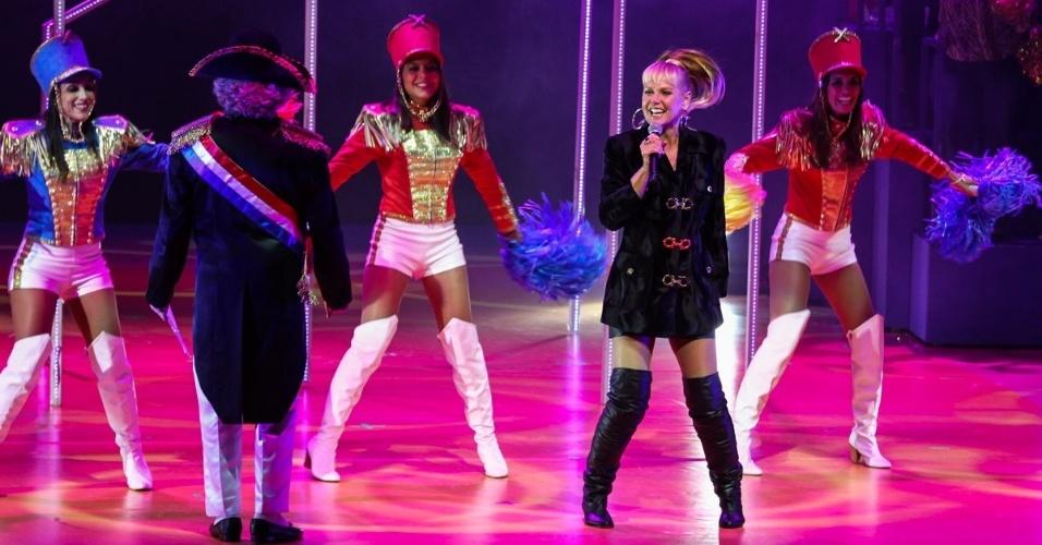 """20.mai.2015 - Xuxa Meneghel se diverte ao cantar """"Abecedário da Xuxa"""", ao lado das paquitas, no espetáculo """"Chacrinha, O Musical"""" na noite desta quarta-feira, no Teatro Alfa, na zona sul de São Paulo"""