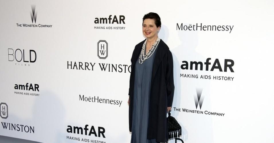 21.mai.2015 - A atriz italiana Isabella Rossellini chega ao baile de gala da amfAR durante a 68ª edição do festival de Cannes