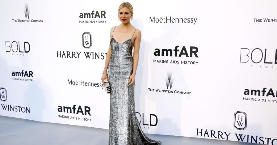 21.mai.2015 - A atriz Sienna Miller comparece ao baile de gala da amfAR durante a 68ª edição do festival de Cannes