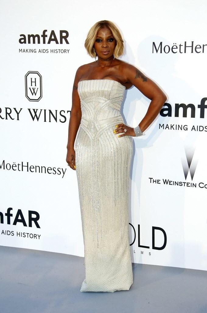 21.mai.2015 - A cantora Mary J. Blige chega ao baile anual da amfAR realizado durante o 68º Festival de Cannes, na França