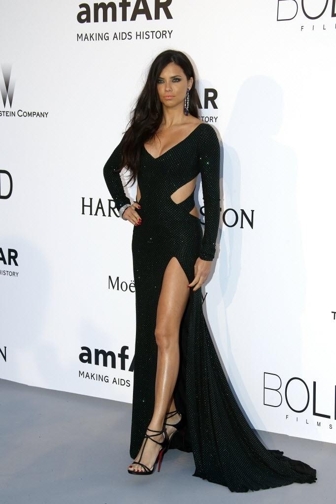 21.mai.2015 - A modelo brasileira Adriana Lima comparece ao baile de gala da amfAR durante a 68ª edição do festival de Cannes